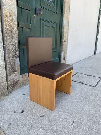 Cadeiras de madeira e napa castanha