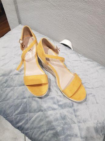 Sandałki na koturnie