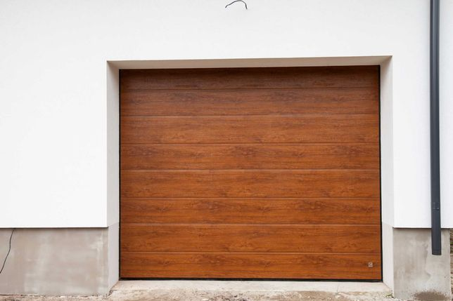 Гаражні секційні ворота в стильний особняк та гаражна автоматика