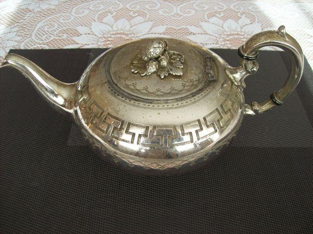 Stary zdobiony czajnik