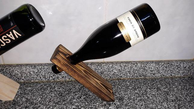 Suportes Mágicos para garrafa em madeira.