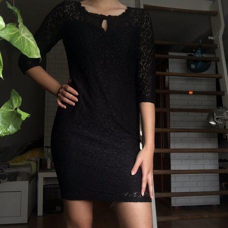 Czarna koronkowa dopasowana sukienka midi do kolan