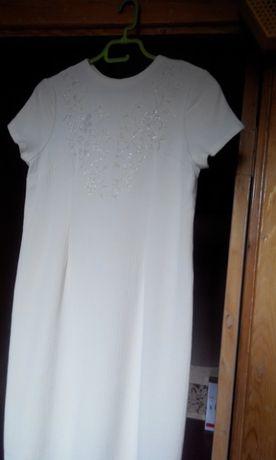 Светлое платье с вышивкой на груди, короткий рукав.