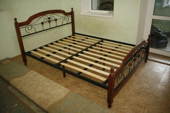 Двуспальная кровать из дерева с кованными элементами.