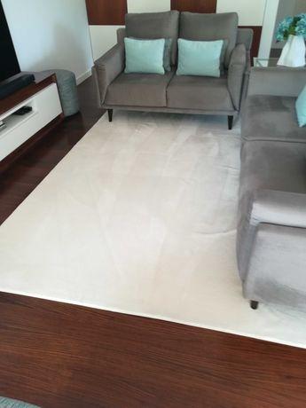 Carpetes brancas com pouco uso de elevada qualidade