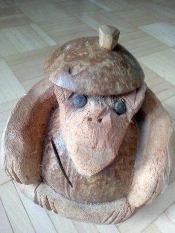 Skarbonka Goryl rzeźbiona z orzecha kokosowego.