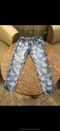 Стильные джинсы, цветочный принт.