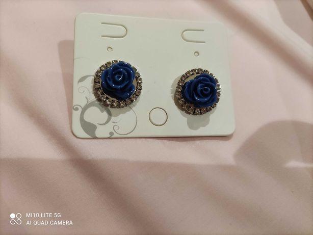 Brincos azuis em forma de flor