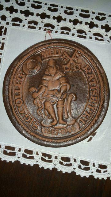 Emblema antigo em barro