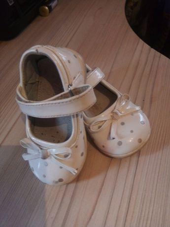 Туфлі на річок