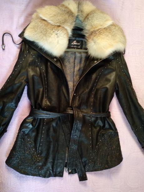 Шикарная кожаная курточка с воротником лиса