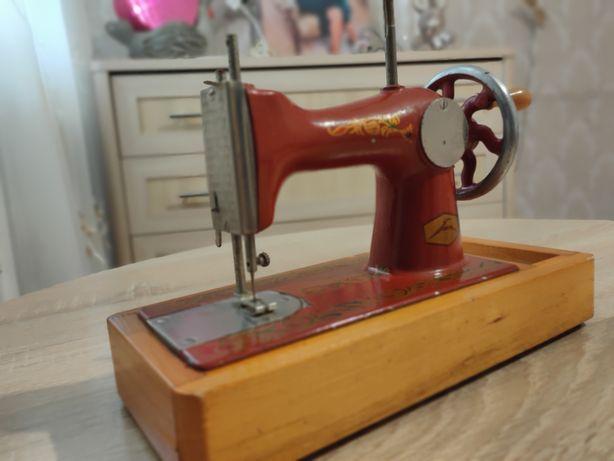 Детская швейная машинка.
