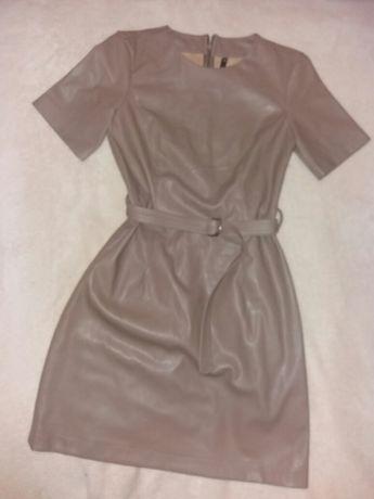 Очень стильное бежевое кожаное платье с екокожы,размер Xs