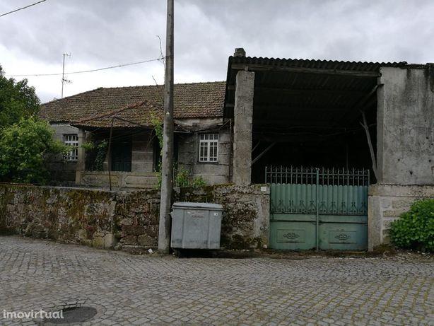 Moradia antiga em pedra no centro de Carapito Aguiar da Beira