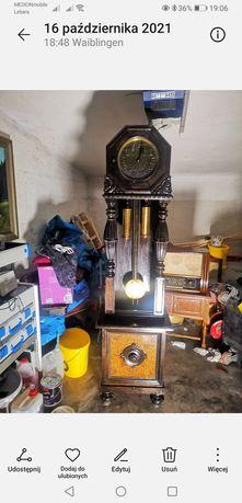 Antyczny zegar i biurko