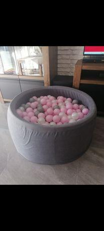 Suchy basen z piłeczkami dla dziewczynki