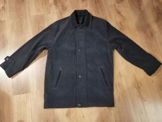 Czarna męską kurtka na jesień
