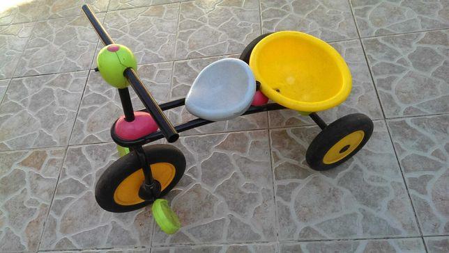 Triciclo simples para criança pequena, em bom estado