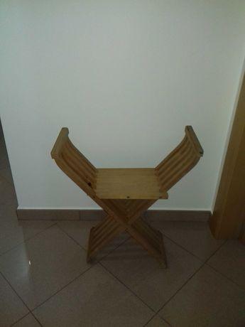 Banco de madeira com apoio de braços