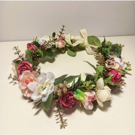 Wianek na głowę ze sztucznych kwiatów