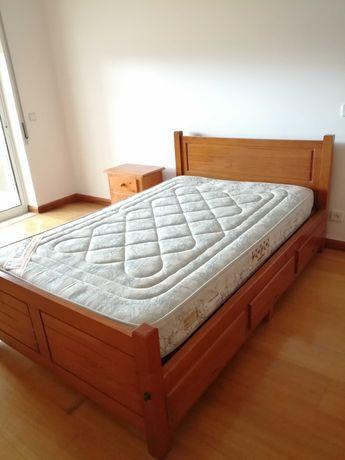 Cama de madeira + mesa de cabeceira + colchão