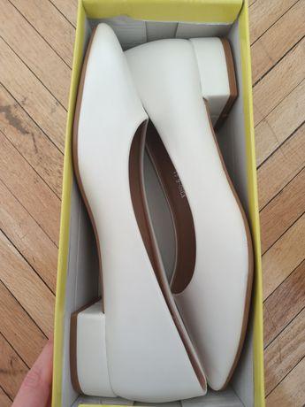 Туфли белые на низком каблуке