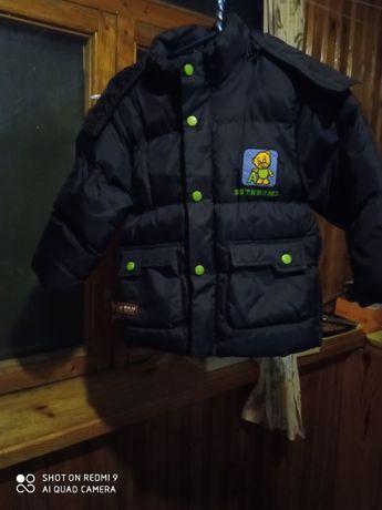 Курточка с капюшоном на молнии.