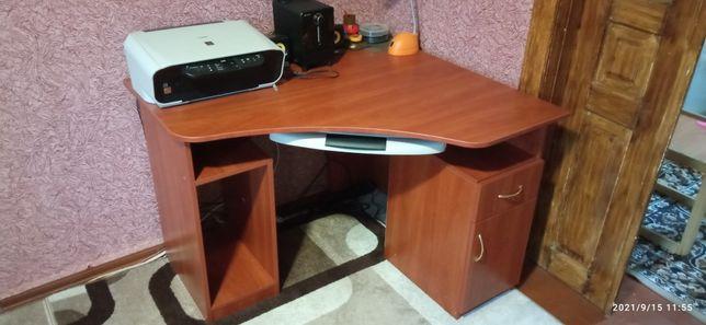 Продам комп'ютерний стіл у відмінному стані.