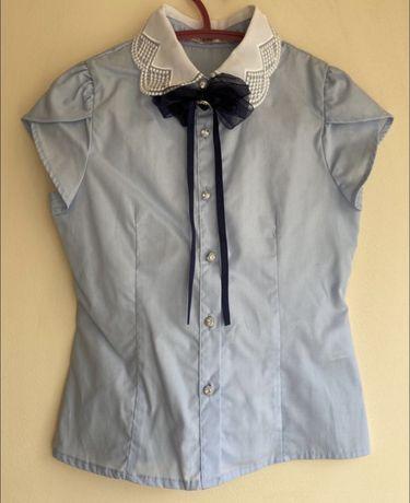 Блузка голубого цвета с брошью deloras в идеальном состоянии