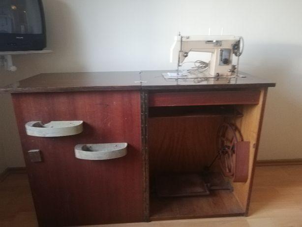 Maszyna do szycia w szafce