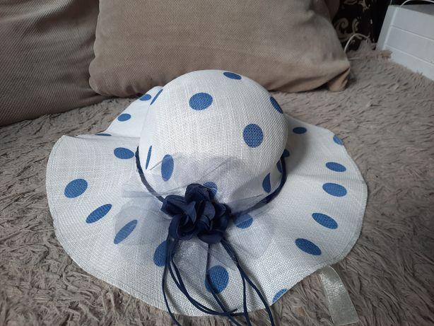Biały kapelusz w niebieskie grochy Kwiat