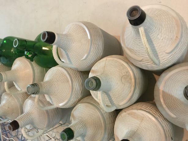 25 garrafões vazios
