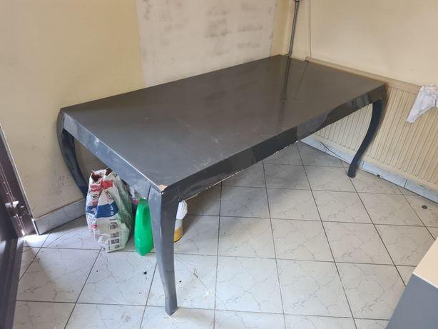 Drewniany stół w szarym połysku