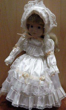 Boneca de porcelana com peças e vestido para outras