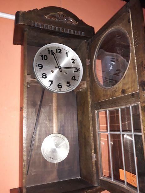 Stary wiszący zegar gabinetowy z doskonałym mechanizmem