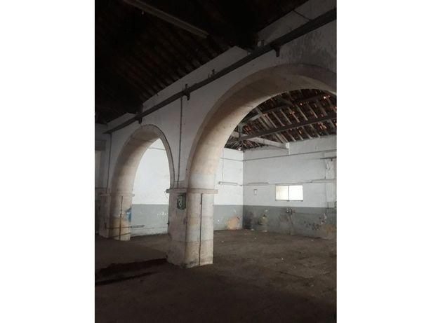 Armazém com 640 m2 perto da Polux, edifício centenário