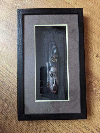 Drewniane rzeźby masek w drewnianej ramce