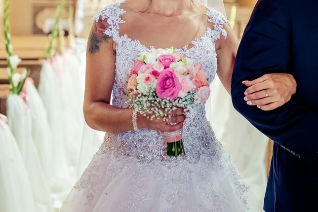 Suknia ślubna z kryształkami plus długi welon