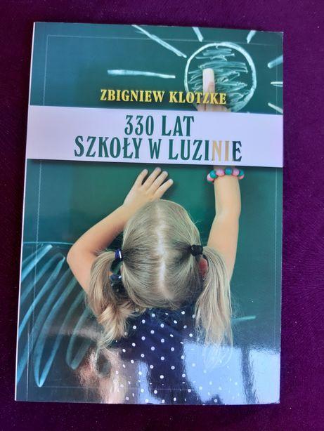 """Książka """"330 lat Szkoły w Luzinie"""" autorstwa Zbigniewa Klotzke."""