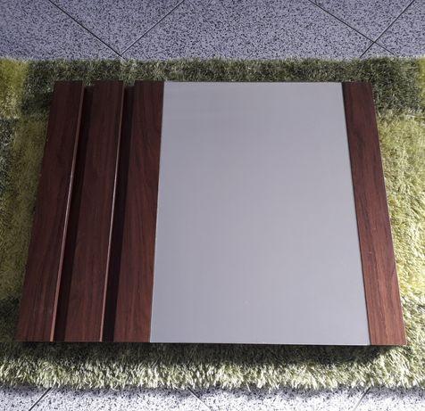 Espelho com estrutura em madeira
