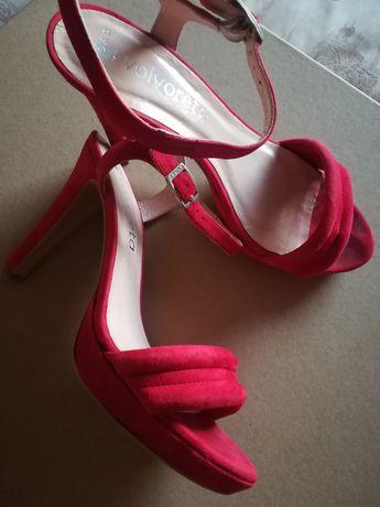 Sandálias em vermelho
