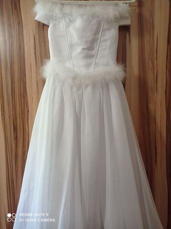 Нарядное платье  белого, для 10 лет. длина от плеча до низу один  метр