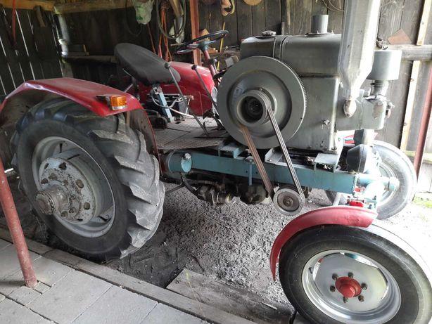 Ciągnik rolniczy ES z osprzętem.