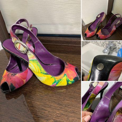 Класні туфлі для дівчини