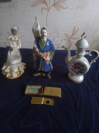 Статуетка,заварной чайник,штоф,футляры для лезвий