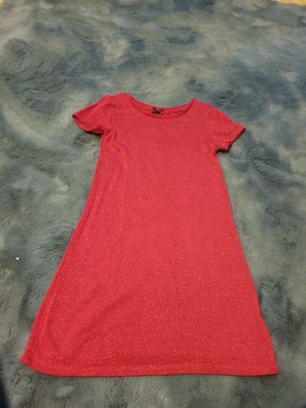 Czerwona błyszczaca sukienka