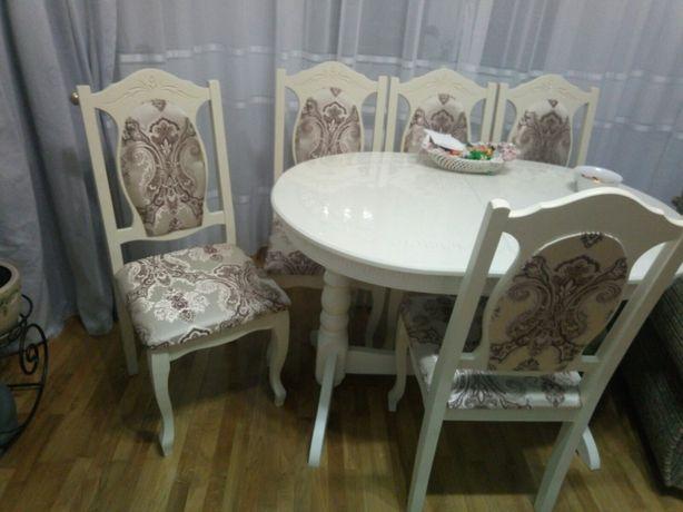 Дерев'яні столи та стільці