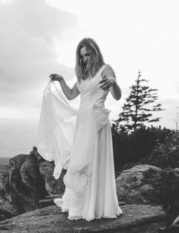 Prosta zwiewna kremowa suknia ślubna