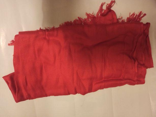 Czerwony szalik damski