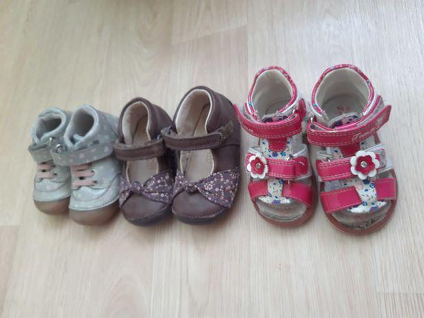 Продам 3 пары обуви, на девочку.